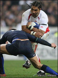 Lesley Vainikolo takes on the French defence in Paris