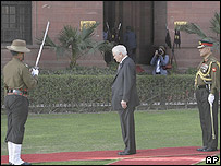 Robert Gates inspects a guard of honour in Delhi