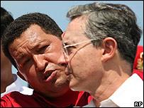 Hugo Ch�vez y �lvaro Uribe (foto de archivo: octubre 2007)
