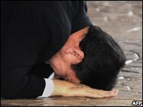 Former Thai PM Thaksin Shinawatra kisses the ground at Suvarnabhumi airport in Bangkok, Thailand (28/02/2008)