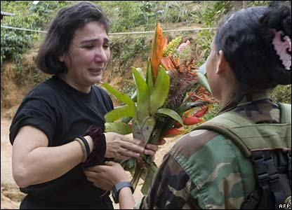 Images shown on Venezuelan TV showed Gloria Polanco receiving a bunch of flowers from one of her former captors.