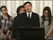 Thailand's former prime minister Thaksin Shinawatra (c) along with his family, at a  press conference ( 28/02/08)