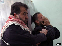 Relatives of the children killed in Jabaliya weep at the morgue in Beit Lahia (28 February 2008)