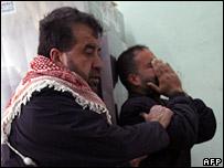 Familiares de niños muertos en el campamento de refugiados de Jabaliya