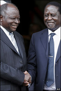 Kenyan President Mwai Kibaki (L) shakes hands with opposition leader Raila Odinga, 28 February 2008
