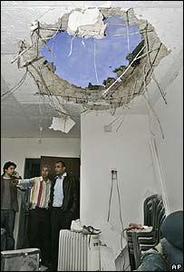 Israelíes inspeccionan los daños de un cohete palestino en Ashkelon