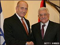 Ehud Olmert (izquierda) y Mahmud Abbas