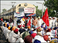 Farmers blocking railroad to demand loan waiver in India
