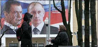 En Smolenks, Rusia, dos mujeres hablan bajo la mirada de Medvedev y Putin.