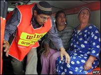 Rescatista junto a dos residentes de Ashkelon