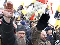 Ultranationalist demonstrators give Nazi salutes during a demonstration against migrants in Moscow (4 November 2007)