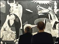 Guernika y visitantes.
