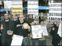 Grupo homosexual protesta contra grupos conservadores.