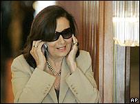 Yolanda Pulecio hablando por celular en un hotel de Caracas