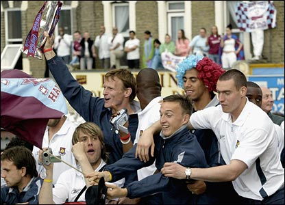 Sheringham celebrates with his West Ham team-mates