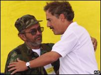 Raúl Reyes y el ex presidente colombiano Andrés Pastrana en 1998
