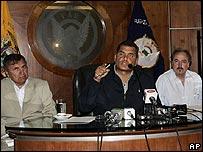 Rafael Correa (cen.) en una rueda de prensa en Quito el 1 de marzo