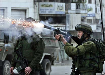 Israeli troops fire tear gas at Palestinians in Hebron - 2 March