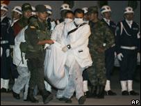 El cuerpo de Ra�l Reyes a su llegada al aeropuerto de Bogot�