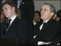 El presidente �lvaro Uribe, (der.) y su ministro de Defensa,  Juan Manuel Santos,  asisten al funeral del soldado Carlos Hern�ndez en Bogot�.