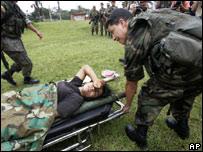 Una presunta integrante de las Farc es atendida por soldados ecuatorianos.
