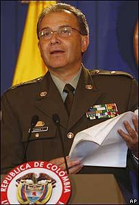El director de la polic�a de Colombia al revelar lo que dicen los documento de Ra�l Reyes.