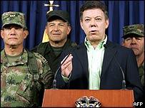 Hernando Santos anuncia la muerte de Reyes.