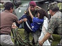 Militares colombianos transportan a una supuesta guerrillera herida durante el ataque en el que muri� Reyes.