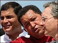 Rafael Correa, Hugo Chávez y Álvaro Uribe en tiempos mejores. (Foto Archivo).