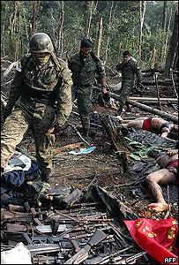 Soldados ecuatorianos en campamento de las FARC.