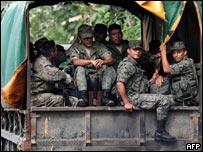 Soldados ecuatorianos en la frontera con Colombia