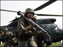 Soldado ecuatoriano en la frontera con Colombia