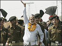 Kashmir Singh waves on the Indian border with Pakistan