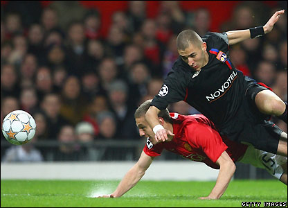 Karim Benzema contests possession with Nemanja Vidic