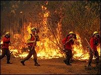 Bomberos combaten las llamas en Valpara�so (Foto: Cortes�a Diario La Tercera)