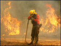 Bombero combate las llamas en Valparaíso (Foto: Cortesía Diario La Tercera)