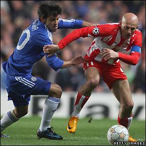 Paulo Ferreira tries to stop Predrag Djordjevic