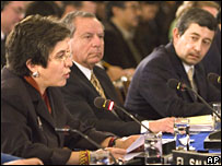 Ecuador's foreign minister (L) at the OAS summit in Washington watched by Colombia's representative (R) on 5 March 2008