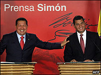 Rafael Correa (dcha) y Hugo Ch�vez en Caracas el 5 de marzo