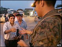 Soldado ecuatoriano pide documentos en la frontera con Colombia.