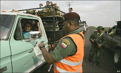 Guardia nacional venezolano inspecciona una camioneta en el cruce fronterizo de Paraguach�n, AP
