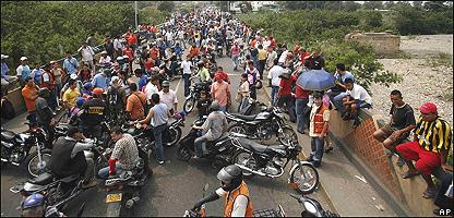 Motoristas protestan en el puente internacional Sim�n Bol�var, AP