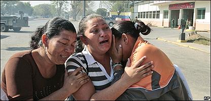 Mujeres venezolanas lloran desconsoladas, AP