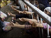 Mujeres paquistaníes en una establecimiento de venta de alimentos subsidiada (03.03.08)