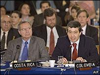 El representante de Colombia ante al OEA (der.)