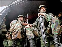 Soldados ecuatorianos patrullan la frontera con Colombia.