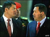 Venezuelan President Hugo Chavez (L) confers with Ecuadorean counterpart Rafael Correa (R
