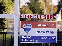 Cartel ofreciendo en venta una propiedad bajo ejecución hipotecaria en California