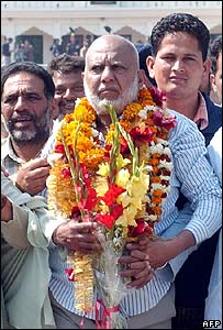 Kashmir Singh (C) after his release from prison