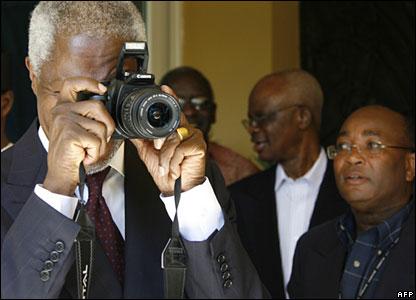 Former UN chief Kofi Annan taking a photograph